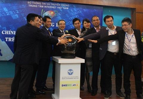 Thứ trưởng Bộ TT&TT Phan Tâm cùng đại diện lãnh đạo một số đơn vị, doanh nghiệp nhấn nút khai trương hệ thống DNSSEC trên hệ thống tên miền quốc gia .vn